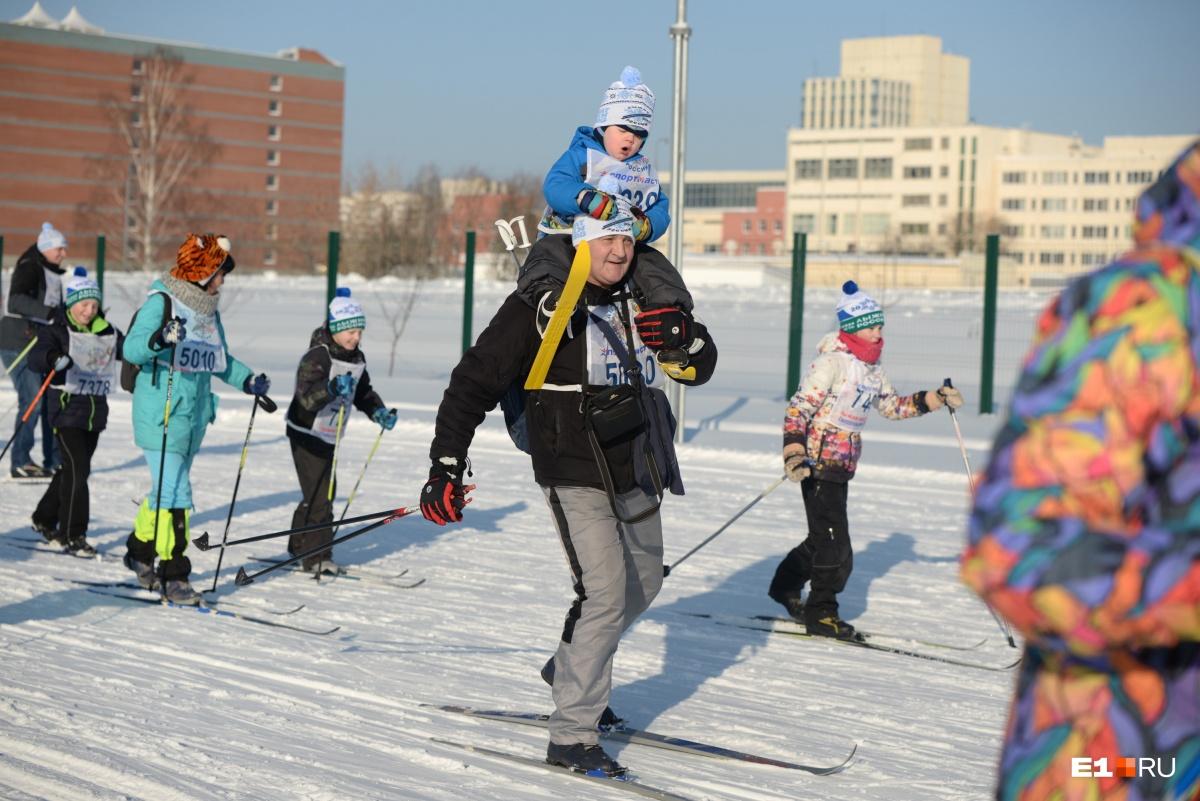 А вот этот маленький лыжник решил продолжить гонку на плечах у папы