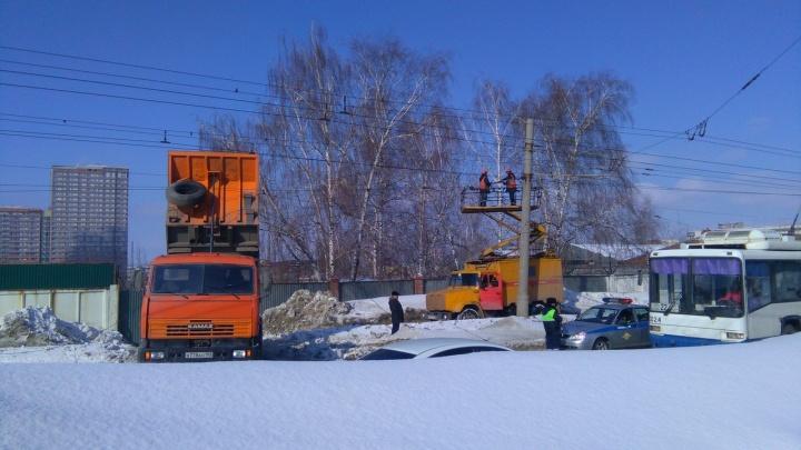 КАМАЗ попался в сети: в Уфе самосвал намотал на кузов трамвайные провода