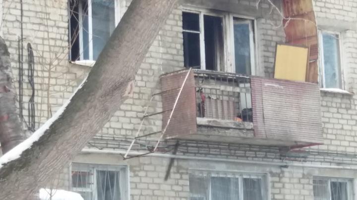 На ВИЗе парень звал на помощь с балкона, когда в его квартире возник пожар