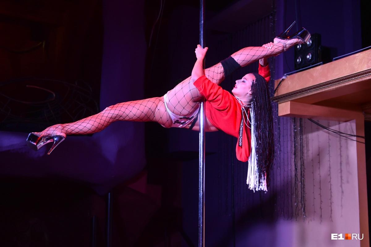 Гибкость — одно из самых главных требований в танцах на пилоне