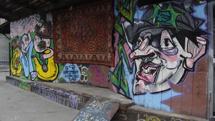 Художники разрисовали неприглядную стену в центре Новосибирска— их задержала полиция