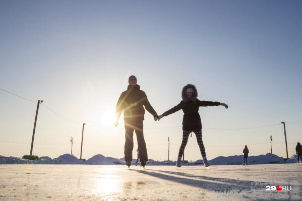 Тренд на здоровую романтику: во Дворце спорта профсоюзов массовые вечерние катания на коньках со скидкой 50%, а на льду в «Титан-Арене» — розыгрыш ужина в ресторане и другие подарки