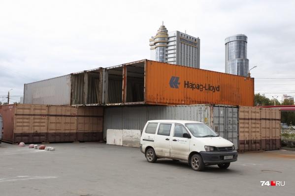 Вскоре эта груда контейнеров превратится в торговый комплекс