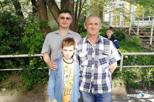 Отец мальчика Александр (слева), Николай Кожевин (справа) и спасённый Евгений