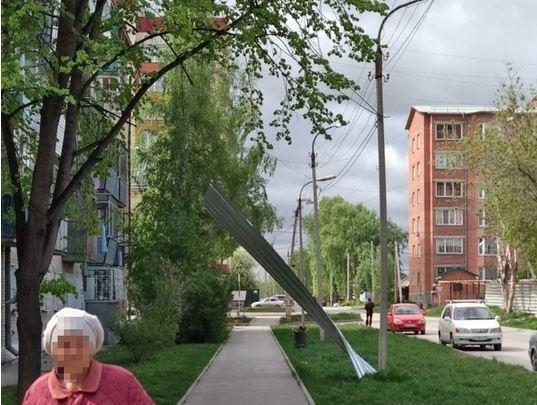 Лист металлопрофиля слетел с крыши и воткнулся в землю в Бердске