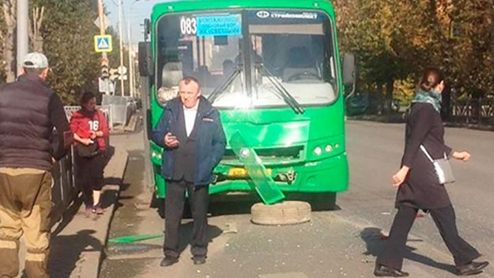 На Белинского пенсионерка разбила голову при столкновении автобуса и легковушки