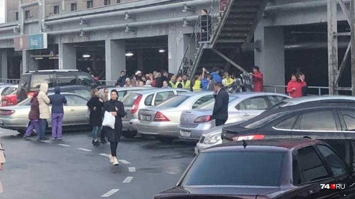 «Тут паника у людей»: в Челябинске из-за пожара эвакуируют посетителей ТРК «Алмаз»