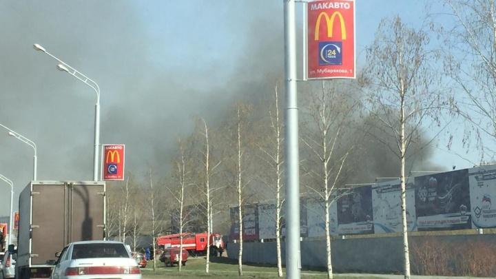 Крупный пожар в районе проспекта Салавата Юлаева: один двор сгорел, огонь подобрался к соседним