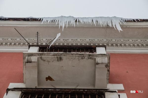 Снежная глыба упала с крыши и, отскочив от козырька подъезда, упала на 70-летнюю женщину