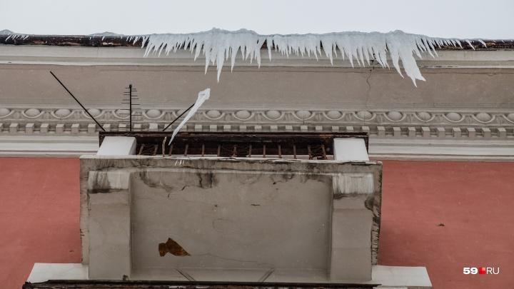 «Вызвали скорую и увезли в больницу»: в Перми на пенсионерку с крыши дома упала снежная глыба