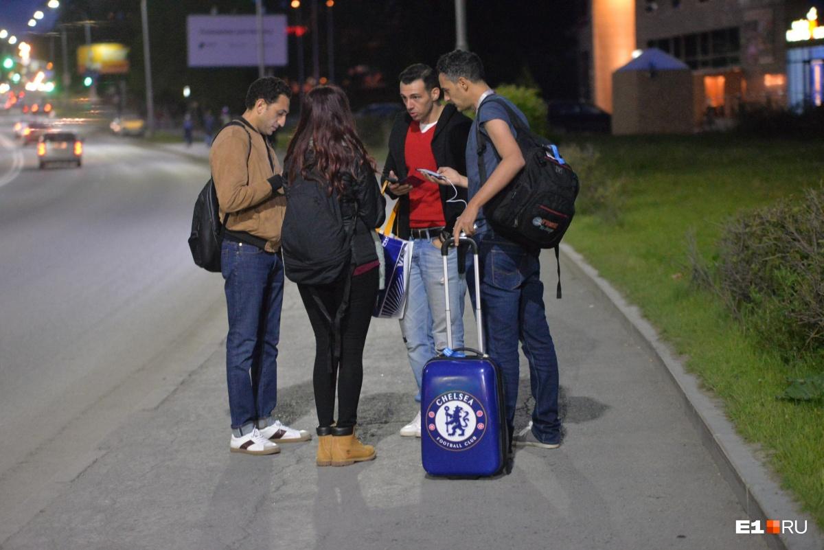 Иностранные болельщики, видимо, обсуждают, как им выбраться