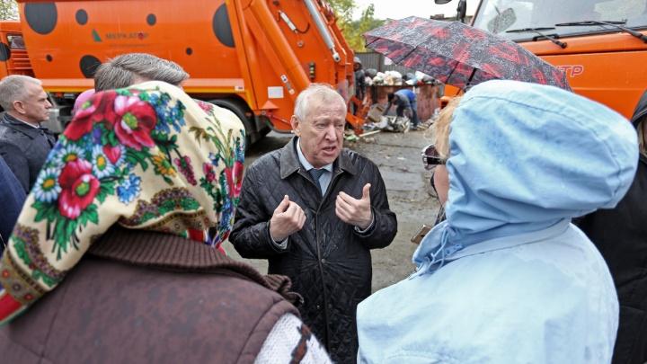 «Понимаю, сам недалеко живу»: Тефтелев приехал в челябинский двор, где мусор копился полторы недели