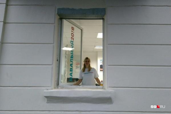 В пермском штабе Навального полиция переписывает данные всех людей, которые там находятся, и изымает технику