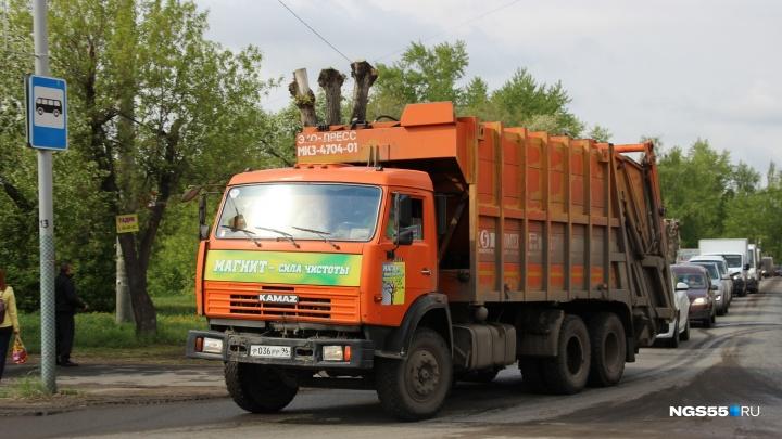 Машины омской компании «Чистый город» перестали вывозить городской мусор