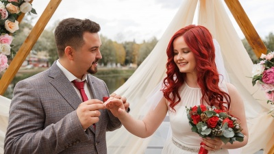 В Ярославле молодожёнам на свадьбу принесли подарки для детей с онкологией