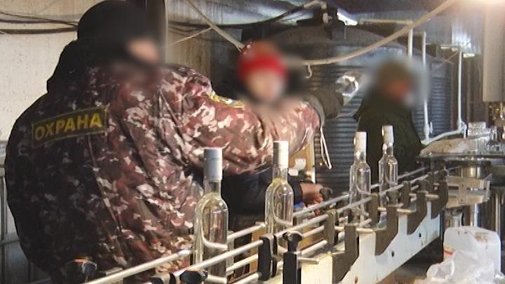 Разливали коньяк в подпольном цеху: самарские силовики поймали членов банды бутлегеров