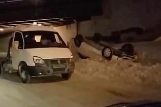 «Тойота» перевернулась на крышу возле Бугринского моста