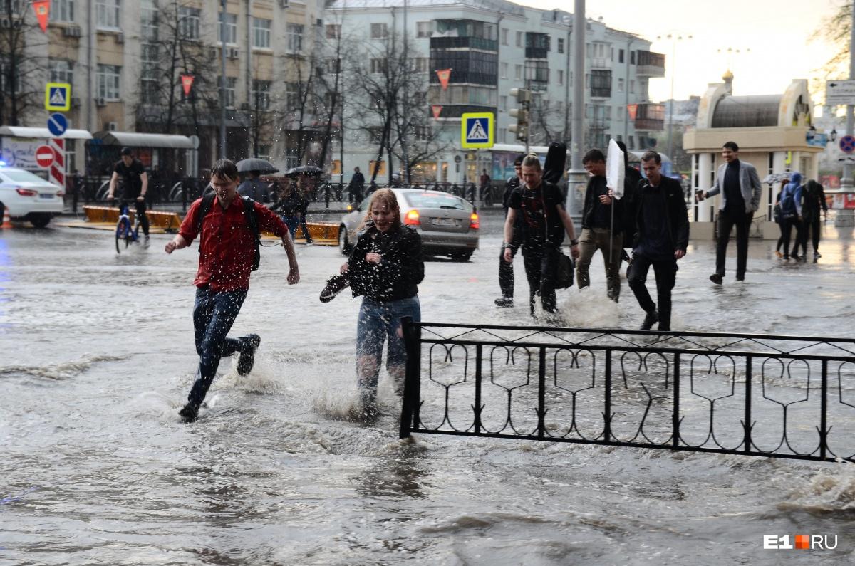 А люди ходили по колено в воде в центре города