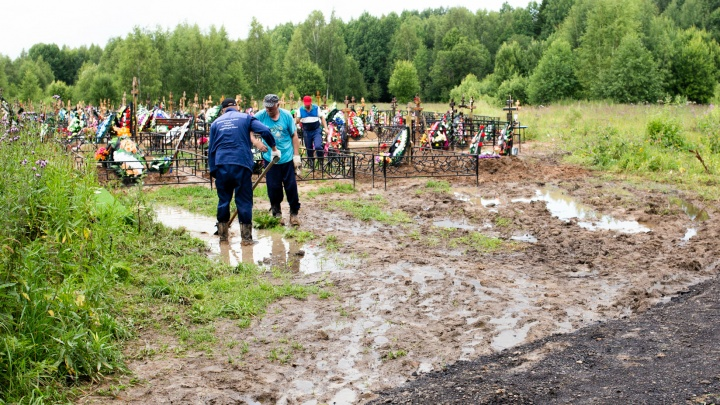 «Даже к могиле не подойти»: единственное ярославское кладбище утопает в грязевом месиве