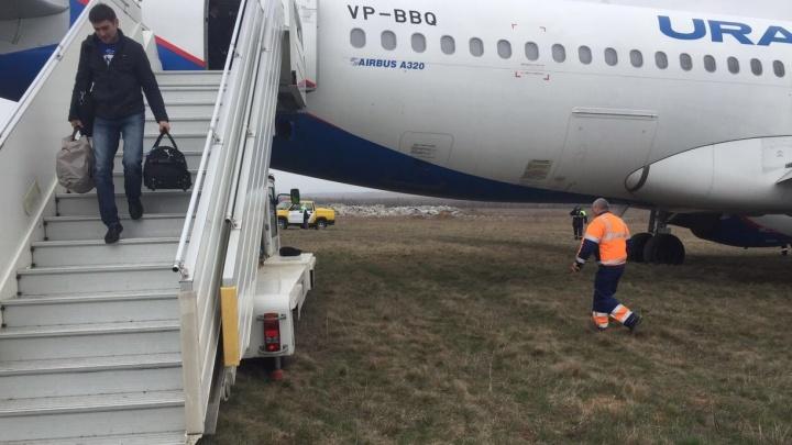 """В аэропорту Симферополя рассказали, как самолёт """"Уральских авиалиний"""" выкатился за пределы полосы"""
