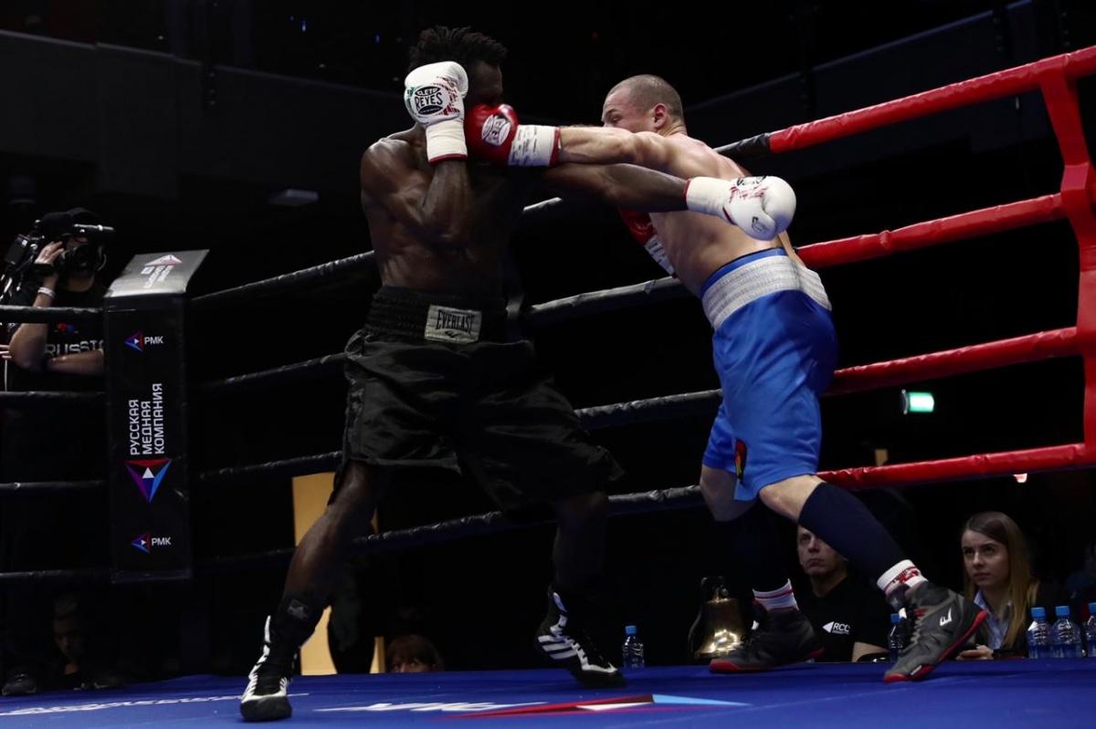 Уральский боксер одолел филиппинца в главном бою международного турнира в Екатеринбурге