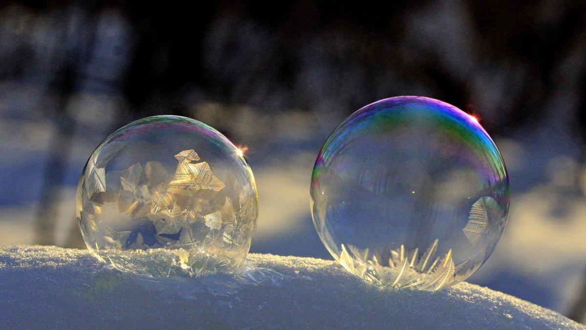 От такой красоты можно и лопнуть: екатеринбуржец сфотографировал мыльные пузыри во льду