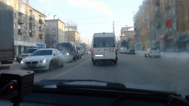 В Екатеринбурге гаишники ловили водителей, которые не пропускают скорую помощь