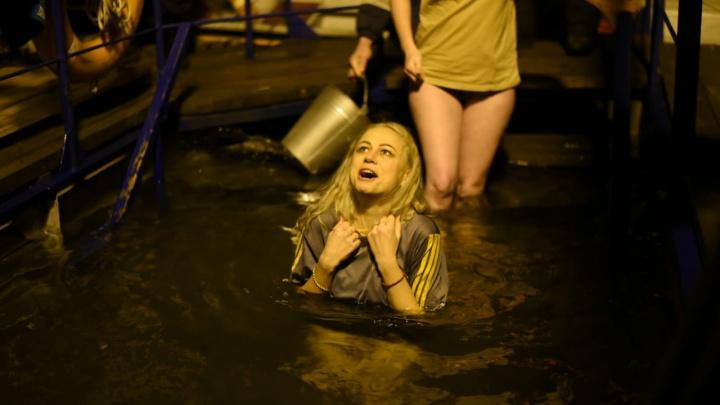 Ночь, пар и брызги: как дончане ныряли в ледяную воду на Крещение