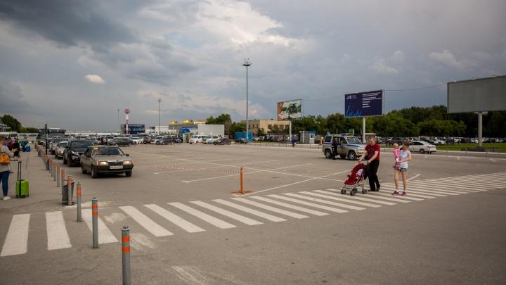 Таксистам запретили парковаться около аэропорта Толмачёво перед приездом Путина