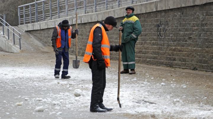 Смотри не упади: выясняем, как побеждают гололёд в Омске