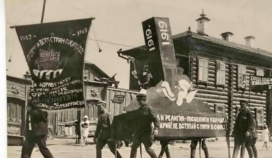 Большинство лозунгов прославляли рабочий класс