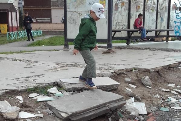 Дети прыгают по разрушающемуся фундаменту павильона
