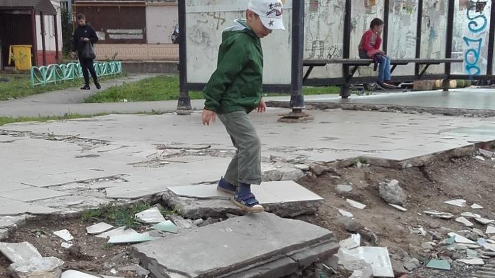 «По развалинам прыгают дети». Пермячка пожаловалась на состояние автобусной остановки на Садовом