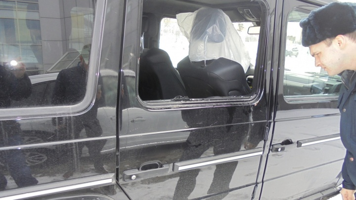В Екатеринбурге вандалы разгромили Mercedes за 10 миллионов, стоявший на парковке автосалона