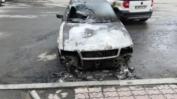 В центре Архангельска ночью горели два автомобиля, еще один — поврежден