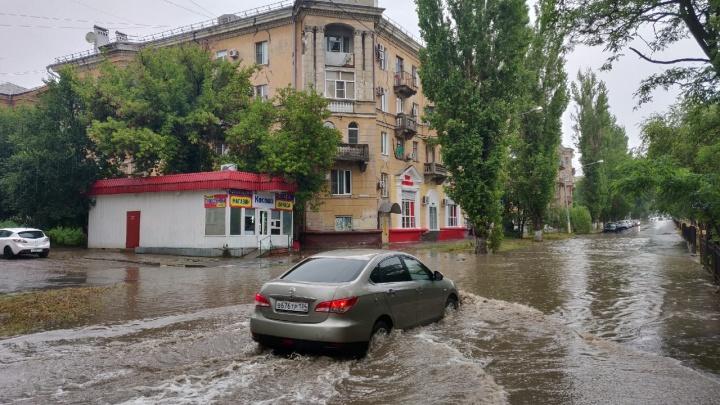 Сильный ливень затопил дороги и парализовал движение транспорта в Волгограде