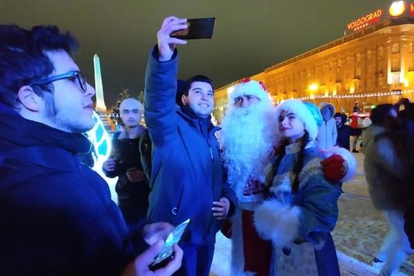 Волгоградцы запаслись конфетами и вышли на площадь Павших Борцов