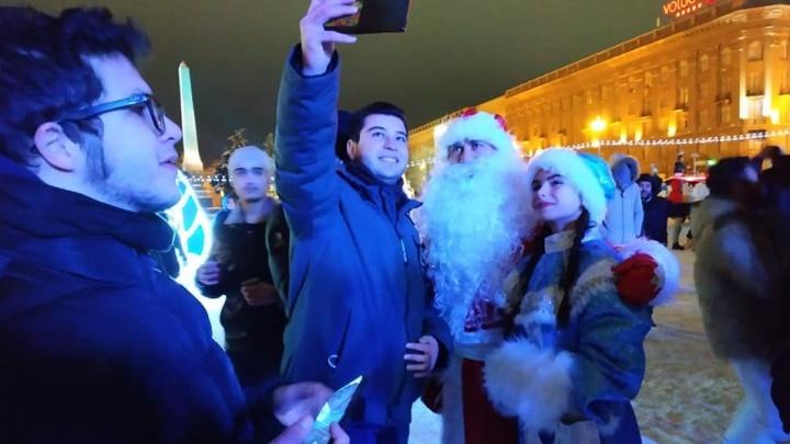 «Всё отдали за банкет?»: в Новый год волгоградцы поздравляли горожан вместо аниматоров