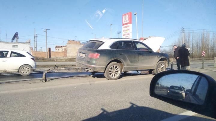 В Ростове Bentley врезалась в отбойник