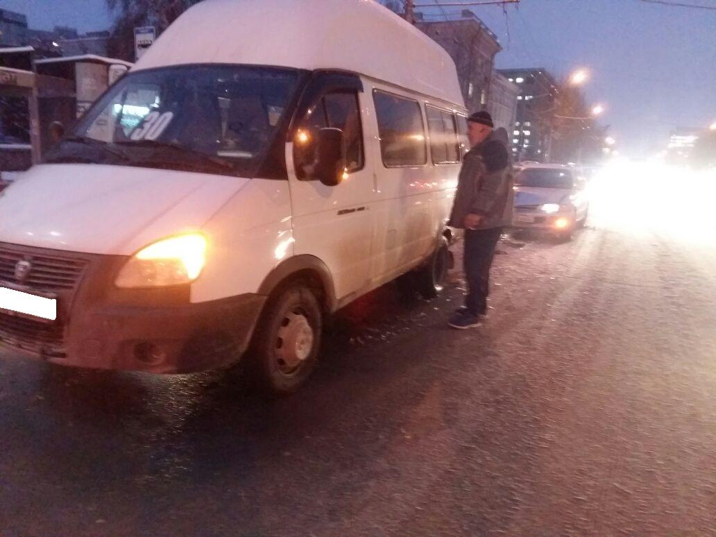 Пассажир маршрутки пострадал при столкновении синомаркой вНовосибирске