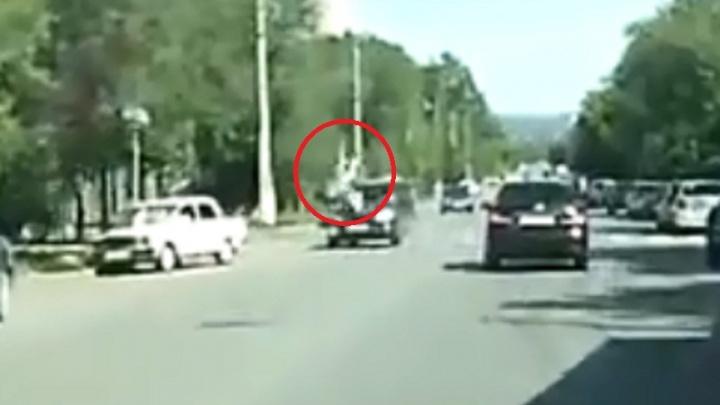 Сделала сальто: в Волгограде иномарка сбила подростка — жуткое видео