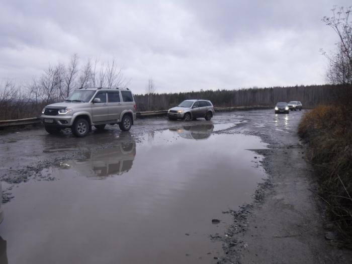 Даже внедорожники осторожно объезжают огромные лужи на дороге
