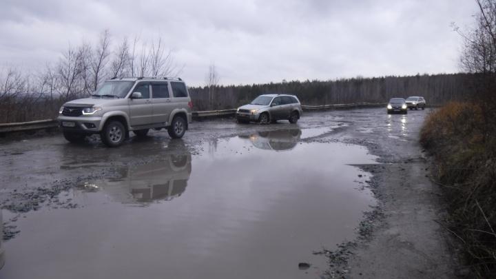 «Пешком там добраться нереально»: дорога на окраине Новосибирска утонула в грязи