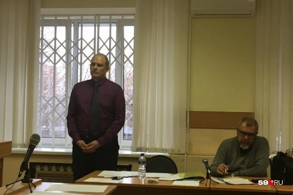 Алексея Мецгера (стоит) приговорили к штрафу