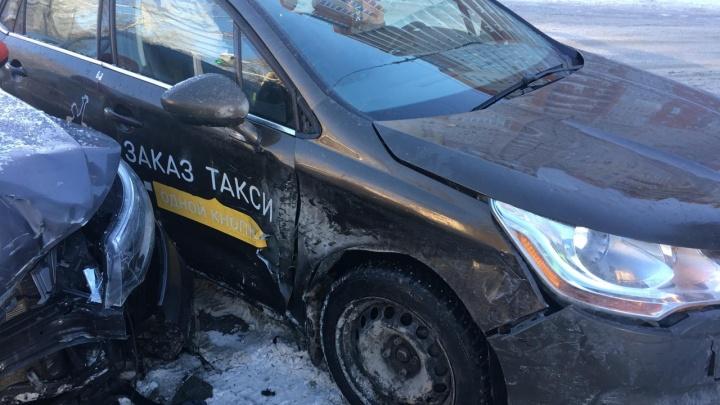 На Безымянке нетерпеливый таксист на KIA Rio врезался в конкурента