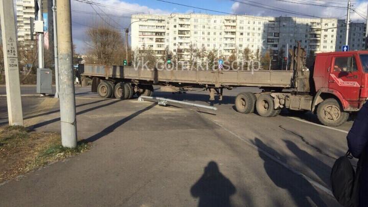 На повороте с Копылова КАМАЗ с прицепом проехался по светофору и скрылся