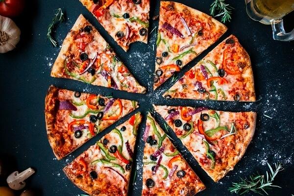 Как пицца стала культовым итальянским блюдом: раньше в нее добавляли голубиное мясо