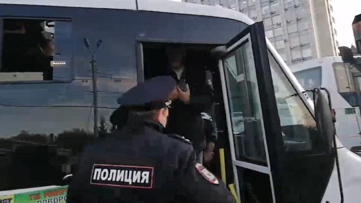 Водитель омской маршрутки заперся и два часа не даёт себя эвакуировать из центра города