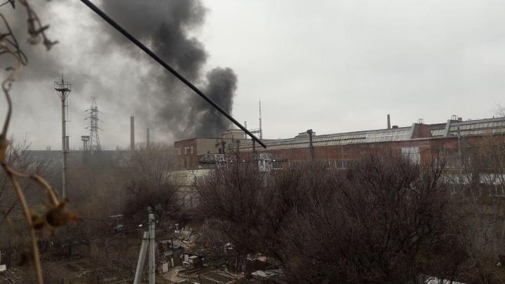 «Сидим со свечками»: в Волгограде поселок остался без света, горячей воды и отопления из-за пожара на заводе «Баррикады»