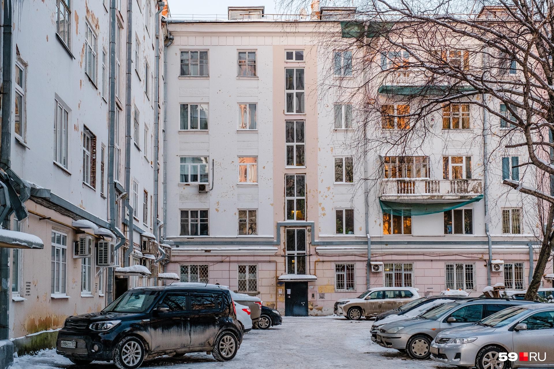 Во дворе дома. Любимый прием конструктивизма — вертикальные полосы, которыми здесь выделены окна подъезда